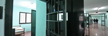Tenta di passare microcellulari e droga a detenuto: donna arrestata