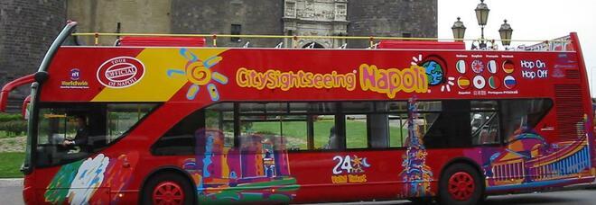 Napoli ricomincia dal turismo: tornano i bus rossi a due piani