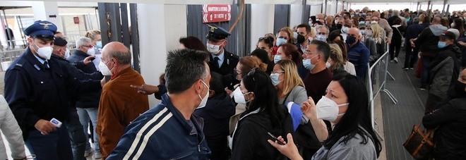Vaccini a Napoli, alla Mostra d'Oltremare arriva la polizia: i 60enni rifiutano Astrazeneca
