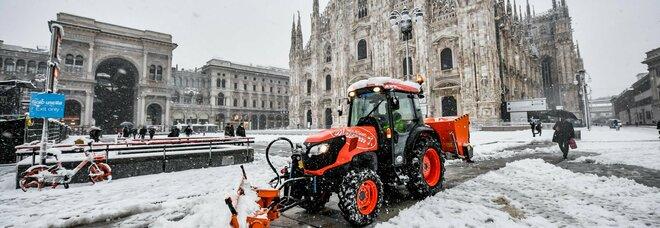 Neve nel Nord Italia, a Milano donna travolta dal crollo di un palo: alberi caduti, autostrade paralizzate