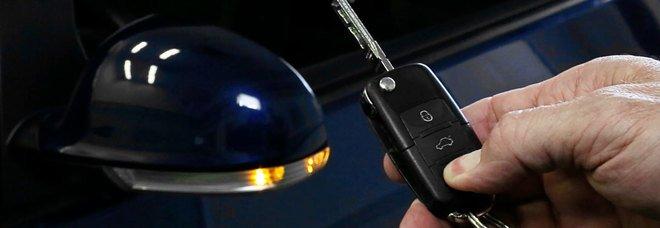 Topo d'auto arrestato nel Rione Santa Rosa: fermato con la chiave elettronica per ricodificare la centralina