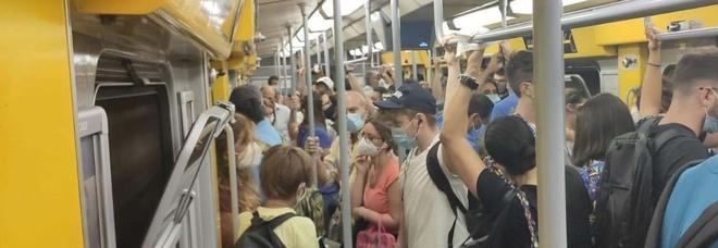 Napoli, guasti a sorpresa su entrambe le linee della metro: passeggeri fermi