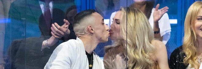 Isola 2021, Ilary Blasi bacia Jeda, poi lo invita fuori: «Facciamo un aperitivo io e te senza Totti e Vera»