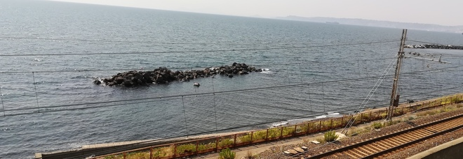 Barca rischia di finire contro la scogliera: provvidenziale intervento della Guardia Costiera a Ercolano
