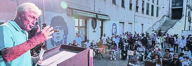 Elezioni a Napoli, Bassolino in piazza: «Io in ascesa, il popolo degli astenuti voti per me»