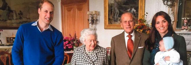 Filippo, la foto inedita di famiglia con la regina, Kate, William e i nipoti. I fan notano un dettaglio: «Com'è possibile?»