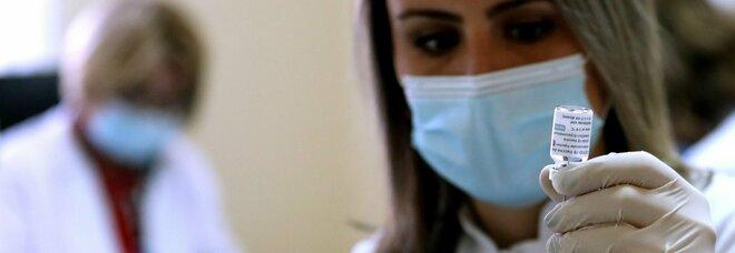 Napoli, boom di contagi e fuga da AstraZeneca: «Paghiamo per avere Pfizer»