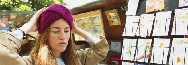 Cardigan, maglie, cappellini, scialli e fasce per i capelli: l'autunno è ispirato alla Parigi degli anni '60
