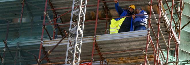 Protesta per il reddito, gli operai di Pomigliano scesi dal campanile