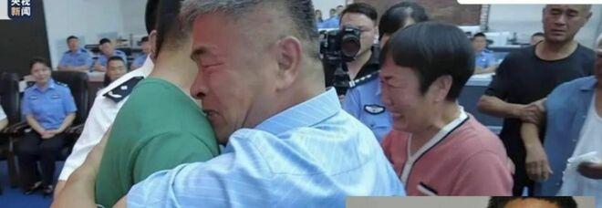 Papà riabbraccia figlio rapito 24 anni fa: ha percorso 500mila chilometri in moto cercandolo in tutta la Cina