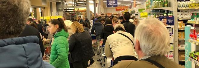 Coronavirus a Napoli, ecco la fila fuori norma nei supermercati. Ma chi tutela noi dipendenti?