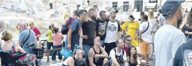 Rave, arresti e sgomberi. L'affronto degli sbandati: selfie a Fontana di Trevi