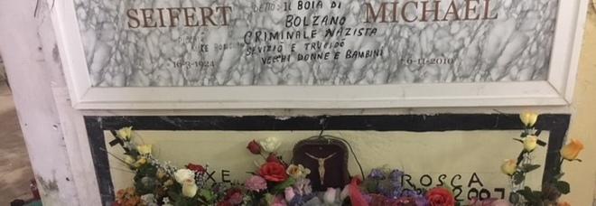 Fiori su tomba di criminale nazista Anpi: «Va seppellito senza nome»