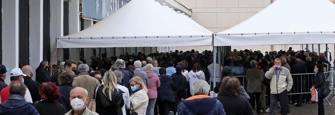 Vaccini a Napoli, centri presi d'assalto ma i medici di famiglia sono al palo