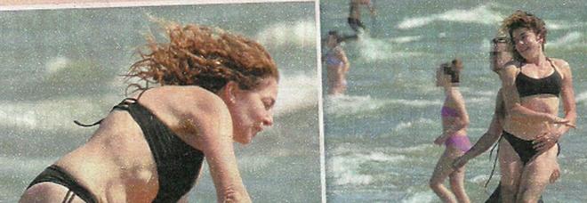 Claudia Gerini e la figlia Linda al mare (Vero)