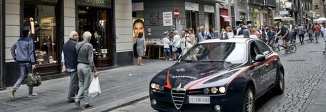Ruba vestiti griffati nel negozio di via Toledo e minaccia l addetto alla  sicurezza col coltello  arrestata 261add69ac2
