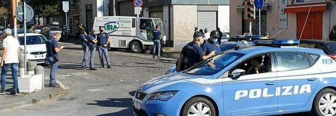 Scippo in via Marina a Napoli, arrestato africano: si era rifugiato in una salumeria