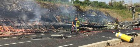 Inferno di fuoco sulla Napoli-Roma: autista morto carbonizzato nel Tir