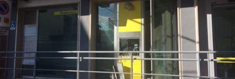 Assaltano bancomat con esplosivo: rapinatore ucciso nel conflitto a fuoco