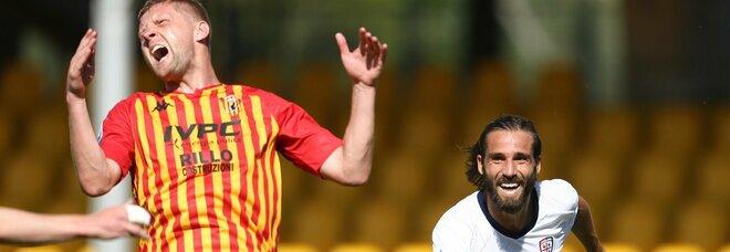 Il Cagliari vince 3-1 a Benevento, bufera per un rigore tolto dal Var