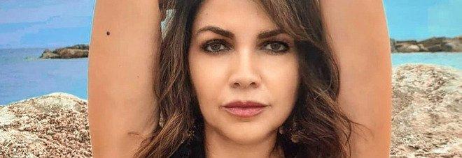Cristina D'Avena, la foto del décolleté esplosivo fa impazzire i fan. Ma c'è chi nota un dettaglio: «Com'è possibile?»