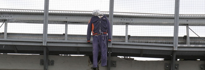 Whirlpool Napoli, gli operai «impiccano» un manichino sul cavalcavia