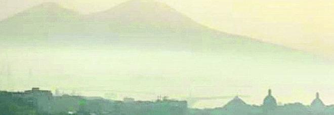 Napoli si sveglia avvolta dalla nebbia fitta: ecco il motivo
