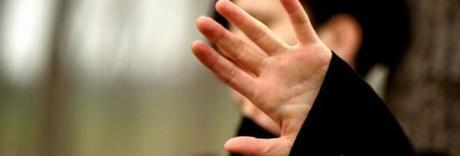 Violenza sessuale sulla 14enne: «Abusi nella stalla e in ascensore»