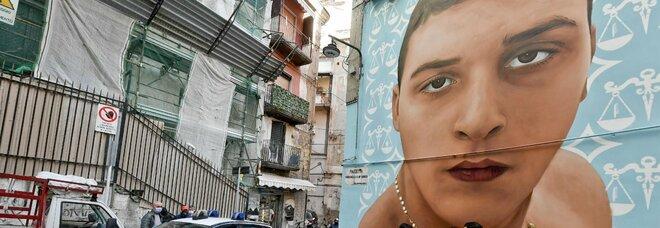 Napoli, il murale di Ugo Russo piantonato dall'intero quartiere