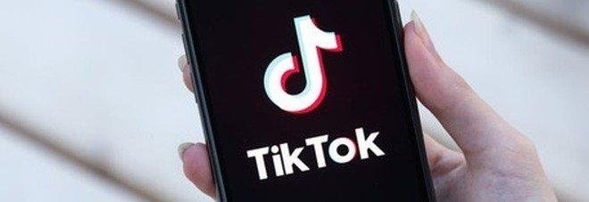 Amazon contro Tik Tok, dipendenti obbligati a rimuovere l'App dal cellulare: «Sicurezza a rischio»