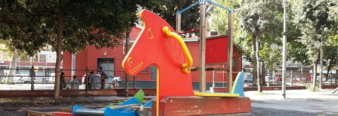 Napoli, vandalizzata l'area giochi di piazza Cavour: a rischio i bambini
