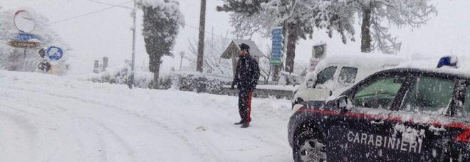 Violano la zona rossa per giocare a palle di neve, multati 15 ragazzi