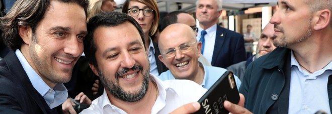 Luca Toni con Salvini al comizio di Modena: selfie e stretta di mano tra il campione e il vicepremier