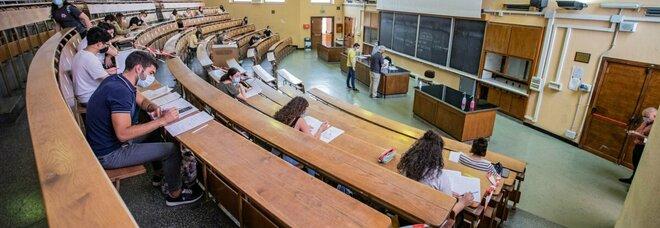 Covid, nel Lazio pronta nuova stretta: lezioni a distanza in licei e università, stop allo sport per gli under 18