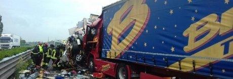 Spaventoso incidente in autostrada: auto sotto Tir, due morti | Foto