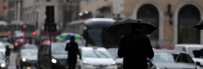 Previsioni meteo, il freddo dà tregua ma arriva il maltempo: piogge a Sud e neve al Nord