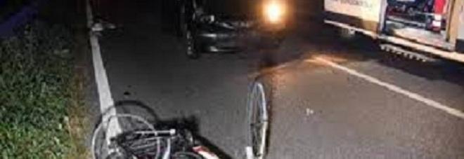 Finisce il turno in pizzeria e rientra a casa in bici: travolta da auto pirata