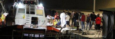 Lampedusa, 12 corpi in mare: mamma e bimbo morti abbracciati