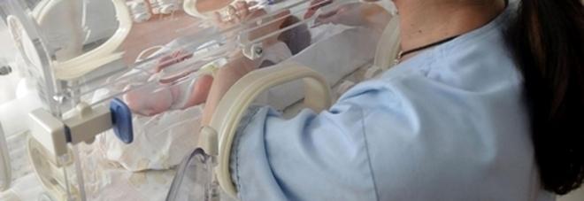 Bimbo nasce con un cordone ombelicale di un metro e mezzo: il parto eccezionale a Firenze