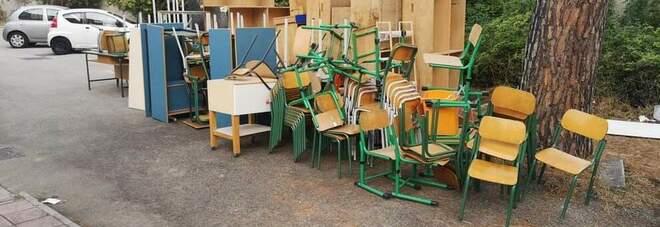 Banchi e attrezzature scolastiche dismesse in dono alle onlus di Napoli e San Giorgio