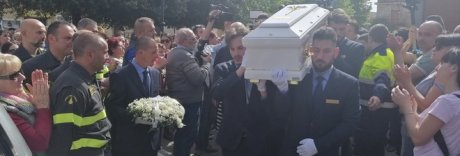 Migliaia ai funerali del bimbo ucciso a Cassino: i genitori in carcere