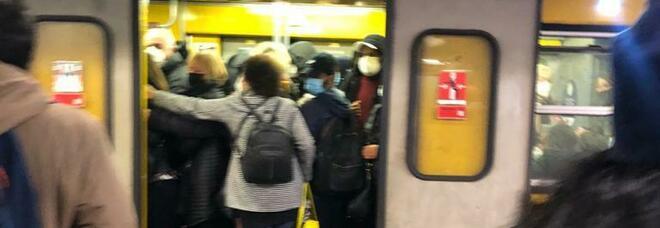 Covid a Napoli, il ritorno a scuola: assalto alla metro, distanziamento zero e studenti a rischio