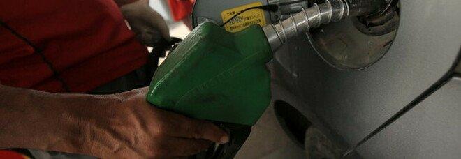 Benzina, il prezzo sale ancora: 1,670 euro al litro (ai massimi dal 2014)
