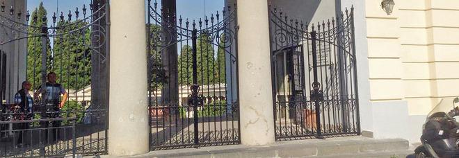 Madre si suicida nei pressi del cimitero: non aveva superato il dolore per la morte del figlio