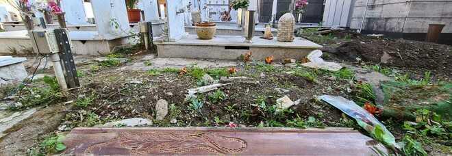 Degrado a Napoli: dopo il taglio dell'erba emergono gli orrori nel cimitero di Miano