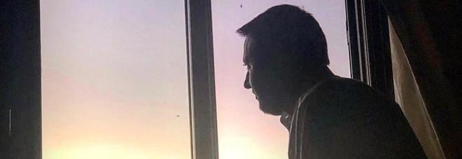 Matteo Salvini e la foto 'romantica' alla finestra: «San Valentino festa da abolire»