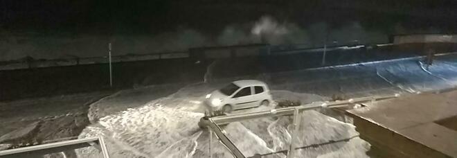Napoli, una mareggiata da brividi: chiusa via Partenope, traffico deviato e danni ingenti