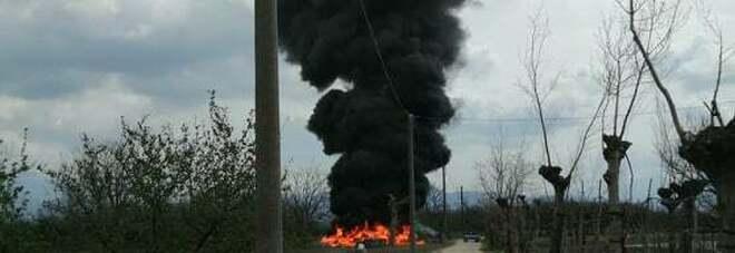 Incendio di rifiuti a Cicciano, la colonna di fumo nero visibile a chilometri di distanza