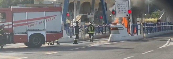 Torre del Greco, auto in fiamme all'ingresso dell'autostrada Napoli-Salerno: paura al casello