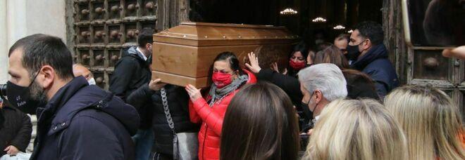 Napoli, Ornella uccisa dal compagno: tensioni e lacrime ai funerali al Duomo